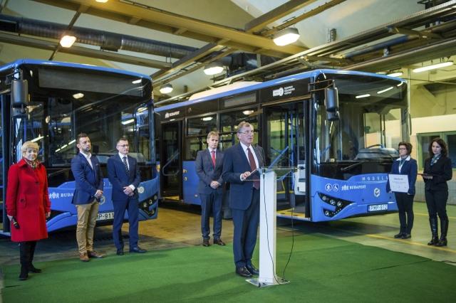 Többen adták át a buszokat, mint ahány időre elkészült. Lepsényi István, a Nemzetgazdasági Minisztérium (NGM) gazdaságfejlesztésért és -szabályozásért felelős államtitkára beszédet mond a BKV Modulo M168 D típusú metrópótló buszainak átadásán a közlekedési vállalat XI. kerületi Hamzsabégi úti telephelyén 2018. január 19-én. A háttérben Szeneczey Balázs városfejlesztésért felelős főpolgármester-helyettes, Bolla Tibor, a BKV Zrt. vezérigazgatója és Mészáros Csaba, az Ikarus Egyedi Kft. ügyvezető igazgatója.MTI Fotó: Balogh Zoltán