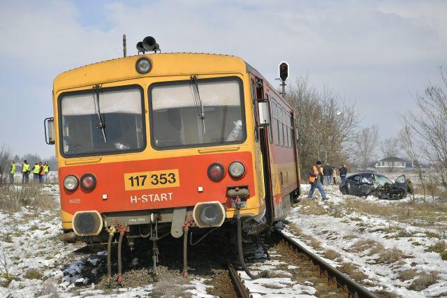 Kisiklott vonat és összeroncsolódott személygépkocsi, melyek összeütköztek egy vasúti átjáróban Debrecen külterületén 2018. március 24-én. A balesetben egy ember súlyosan, kettő könnyebben sérült. (Fotó forrása: MTI Fotó, Czeglédi Zsolt)