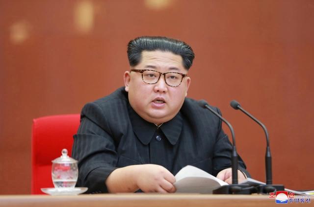 Az Észak-Koreai Központi Hírügynökség fotója a Koreai Munkapárt központi bizottságának üléséről, ahol Kim Dzsongun bejelentette, hogy leállítják a nukleáris és rakéta-teszteket.