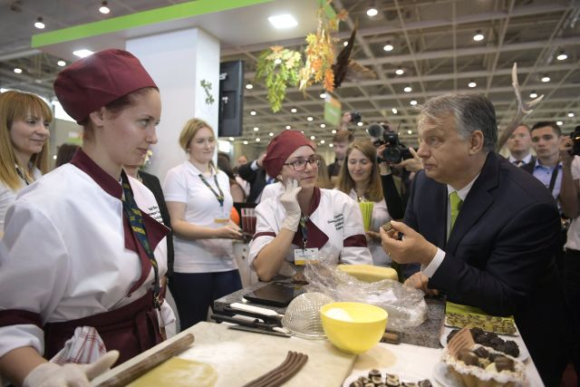 Orbán Viktor miniszterelnök a Pesti Barnabás Élelmiszeripari Szakgimnázium és Szakközépiskola standjánál a XI. Szakma Sztár Fesztiválon a Hungexpon (MTI Fotó: Szigetváry Zsolt)