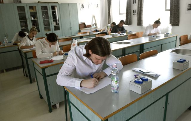 Diákok a horvát nemzetiségi nyelv és irodalom írásbeli érettségi vizsgán a XIV. kerületi Horvát Gimnáziumban (MTI Fotó: Bruzák Noémi)