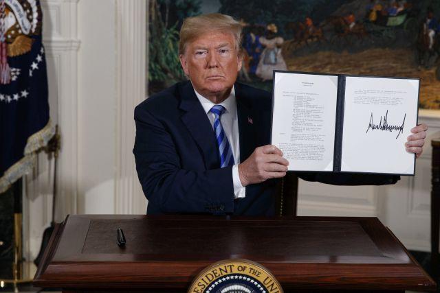 Donald Trump amerikai elnök mutatja az aláírásával ellátott rendeletet az Irán elleni szankciók visszaállításáról a washingtoni Fehér Házban 2018. május 8-án, miután bejelentette, hogy az Egyesült Államok kilép az iráni atomprogramról 2015-ben aláírt többhatalmi szerződésből. Forrás: MTI/AP/Evan Vucci
