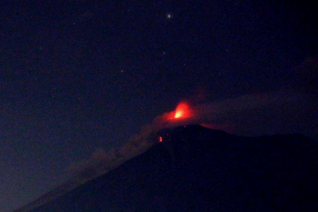 Izzó láva tör fel a guatemalai fővárostól mintegy 40 kilométerre délnyugatra fekvő Fuego nevű vulkán kráteréből 2018. június 3-án.Forrás: MTI/EPA/Esteban Biba