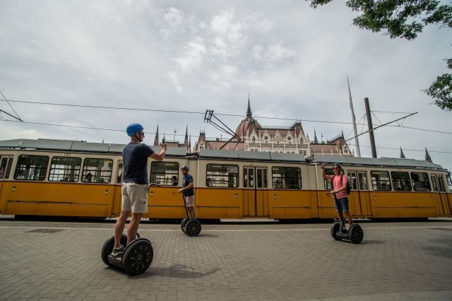 Turisták segwayen Budapesten a Kossuth Lajos téren. (MTI Fotó: Balogh Zoltán)