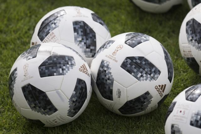 Az Adidas Telstar, a 2018-as focivébé hivatalos meccslabdája. Fotó: EPA / Daniel Kopatsch
