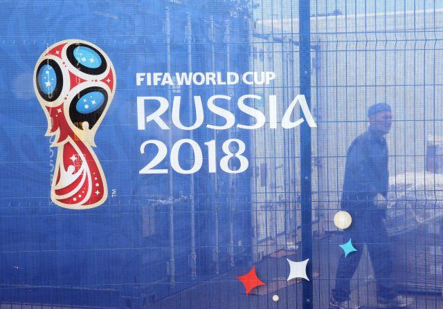 A 2018-as oroszországi labdarúgó-világbajnokság logója a moszkvai Luzsnyiki Stadion kerítésén (Fotó forrása: MTI/EPA/Abedin Taherkenareh)