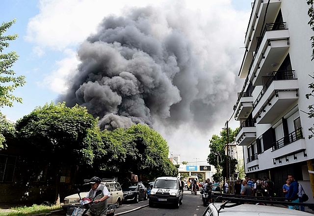 Füst gomolyog egy háromezer négyzetméteres, műszaki berendezéseket tároló raktárépület felett a XIII. kerületi Frangepán utcában 2018. június 13-án. MTI Fotó: Bruzák Noémi