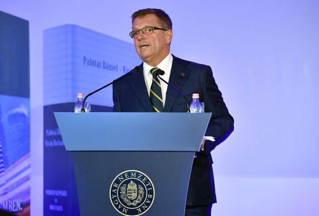 Matolcsy György, a Magyar Nemzeti Bank (MNB) elnöke nyitóbeszédet mond az MNB szakmai könyvsorozatának legújabb, Bankok a történelemben: Innovációk és válságok című kötetének ünnepélyes bemutatóján (MTI Fotó: Máthé Zoltán)