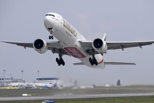 Az Emirates légitársaság Boeing 777-300ER típusú, Dubaiba tartó repülőgépe elsőként száll fel a Liszt Ferenc-repülőtér felújított 1-es kifutópályájáról (MTI Fotó: Kovács Tamás)