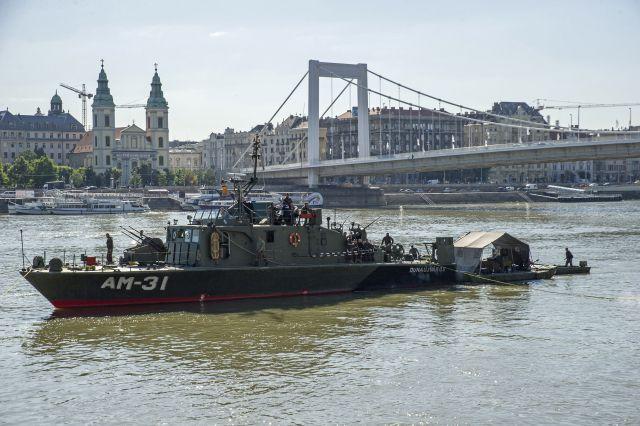 Robbanótestet keresnek tűzszerészek honvédségi hajóval a Dunában az Erzsébet híd és a Lánchíd között 2018. július 3-án. (MTI Fotó: Lakatos Péter)