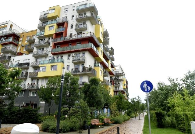 Friss hírek: Tavaly összesen 8400 új társasházi ingatlant adtak el a fővárosban, amely – ha néhány százzal is, de – elmarad az egy évvel korábbi számtól. Az OTP Budapesti Újlakás Értéktérkép legfrissebb adatai szerint idén tetőzhet a lakásátadások száma, miközben egyre több területen kell megbarátkozni az egymilliós négyzetméterárakkal.