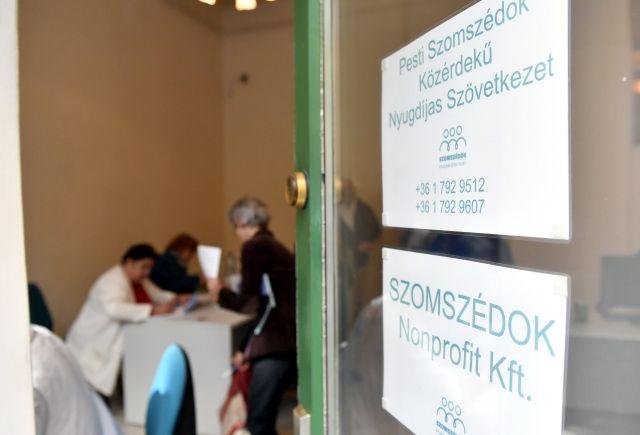 Érdeklődők a Szomszédok Közérdekű Nyugdíjas-szövetkezet irodájában a IX. kerületi Mátyás utcában (MTI Fotó: Illyés Tibor)