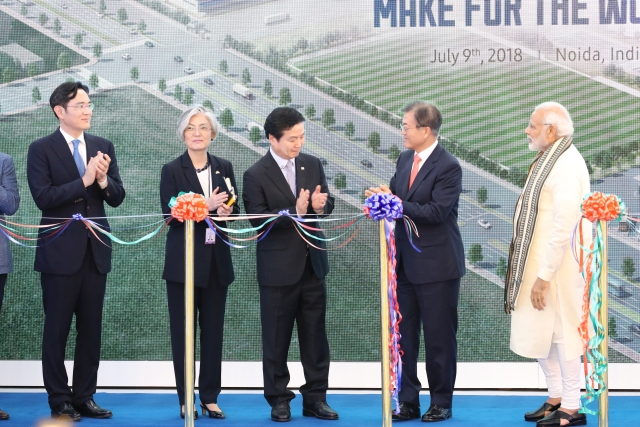 A dél-koreai elnök (j2) és az indiai miniszterelnök (j) is részt vett a gyár átadásán.Fotó: EPA/YONHAP