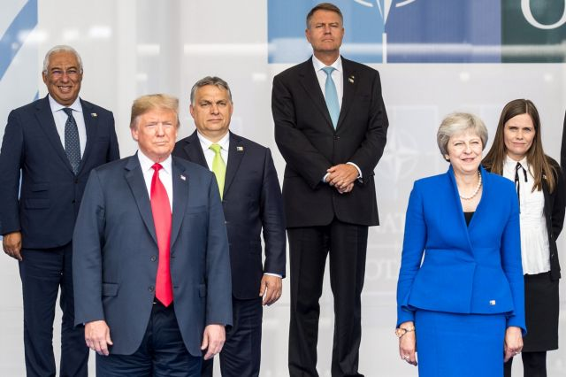 Donald Trump amerikai elnök (b2), Theresa May brit miniszterelnök (j2), Orbán Viktor magyar (b3), Antonio Costa portugál miniszterelnök (b), Klaus Iohannis román elnök (j3) és Katrin Jakobsdottir izlandi miniszterelnök a NATO kétnapos brüsszeli csúcsértekezletének első napján, 2018. július 11-én. (MTI Fotó: Miniszterelnöki Sajtóiroda / Botár Gergely)
