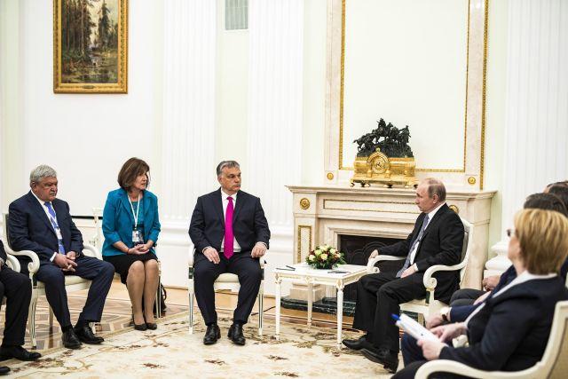 Vlagyimir Putyin orosz elnök fogadja Orbán Viktor miniszterelnököt a moszkvai Kremlben. Mellettük Csányi Sándor, az OTP Bank elnök-vezérigazgatója (MTI Fotó: Miniszterelnöki Sajtóiroda / Szecsődi Balázs)
