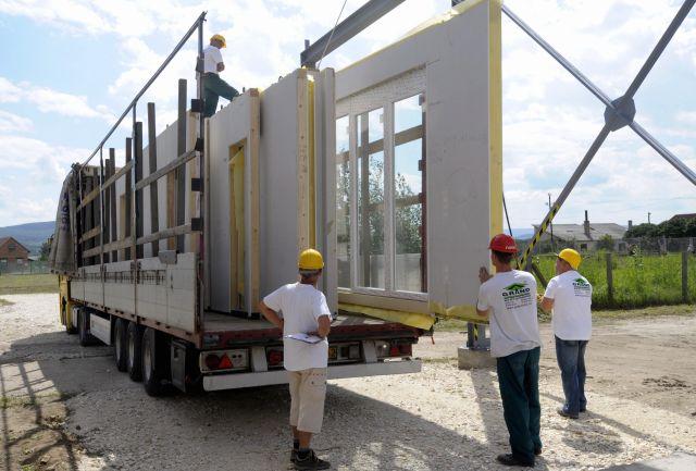 Kamionra rakják az új paneleket, miután átadták a Grand-Ács Tetőcentrum és Készház Kft. új, automata készházgyár panelgyártó csarnokát Esztergomban. (MTI Fotó: Kovács Attila)