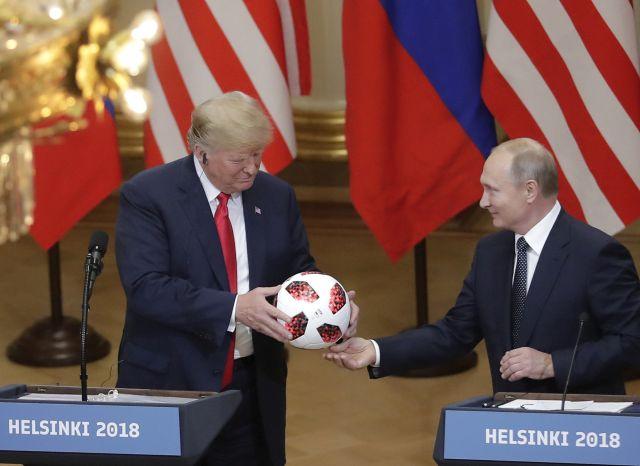 Vlagyimir Putyin elnök orosz államfő az oroszországi labdarúgó-világbajnokság hivatalos labdájával ajándékozza meg Donald Trump amerikai elnököt a kétoldalú megbeszélésüket követő sajtótájékoztatón a finn elnöki palotában, Helsinkiben 2018. július 16-án. (MTI/AP/Markus Schreiber)