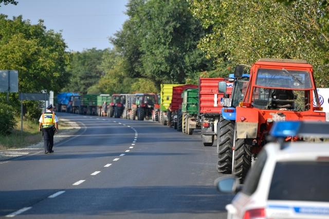 A léalma alacsony felvásárlási ára miatt demonstráló almatermelő gazdák mezőgazdasági járművei a 41-es főúton, az Austria Juice feldolgozó és felvásárló üzeme közelében Vásárosnaményban 2018. augusztus 21-én.MTI Fotó: Czeglédi Zsolt