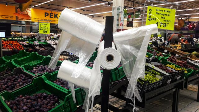 Ezeket a zacskókat átlag 20 percig használják a vásárlók (Fotó: Privátbankár.hu/Valkai Nikoletta)