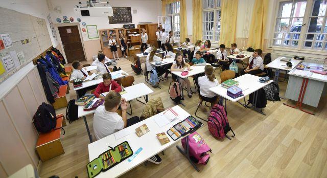 A 6.c osztály tanulói a dunaharaszti II. Rákóczi Ferenc Általános Iskolában a tanévnyitó napján (MTI Fotó: Illyés Tibor)