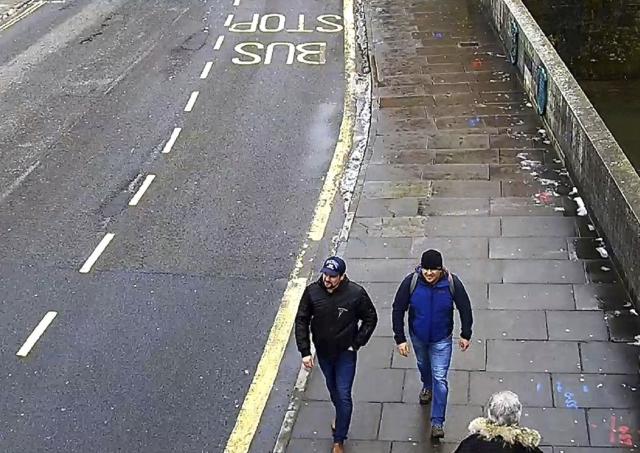 Közterületi kamera videofelvételéről készített és a londoni rendőrség által közreadott képen Ruszlan Bosirov és Alekszandr Petrov a salisburyi Fisherton Roadon 2018. március 3-án. A brit vádhatóság 2018. szeptember 5-én bejelentette, hogy távollétében vádat emelt az orosz állampolgár Bosirov és Petrov ellen Szergej Szkripal, a brit külső hírszerzés, az MI6 volt orosz kettős ügynöke és lánya, Julija megmérgezésének ügyében. Őket egy salysburyi bevásárlóközpontnál támadták meg 2018. március 4-én a Novicsok katonai idegméreggel. (MTI/AP/Londoni rendőrség)
