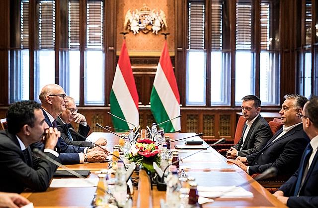 A Miniszterelnöki Sajtóiroda által közzétett képen Orbán Viktor miniszterelnök fogadja Timotheus Höttgest, a Deutsche Telekom vezérigazgatóját a Parlamentben 2018. szeptember 17-én. MTI Fotó: Miniszterelnöki Sajtóiroda / Szecsődi Balázs