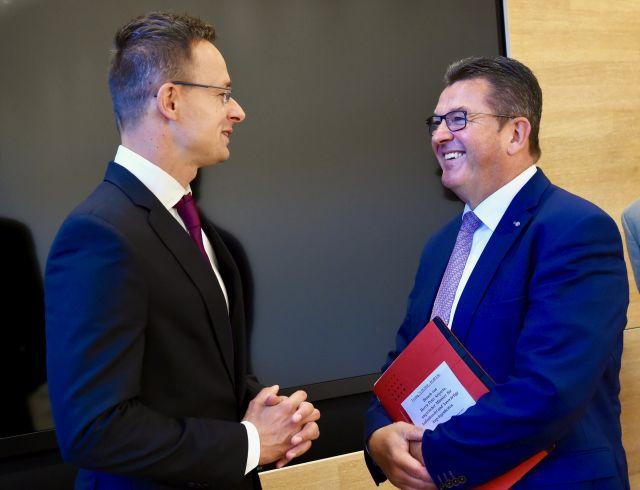A Külgazdasági és Külügyminisztérium (KKM) által közzétett képen Szijjártó Péter Külgazdasági és Külügyminiszter (b) és Franz Josef Pschierer bajor tartományi gazdasági miniszter találkozója Münchenben 2018. szeptember 21-én.