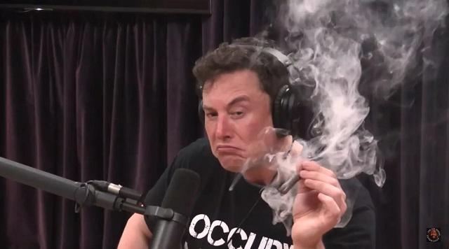 Elon Musk füvet szív a Joe Rogan Experience adásában. Forrás: YouTube
