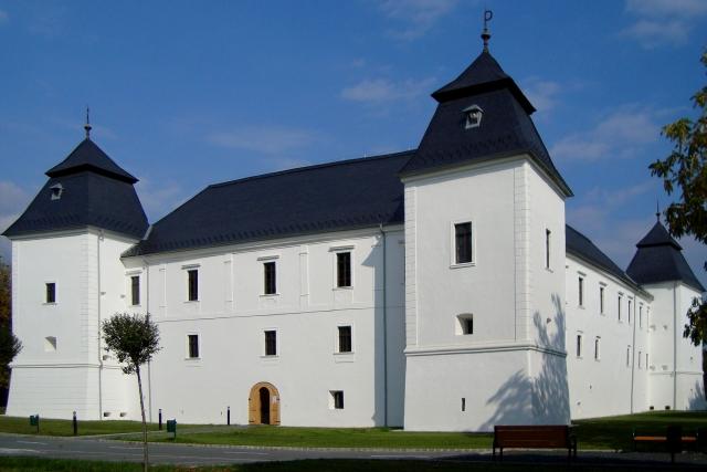 A Nádasdy-Széchenyi várkastély négy saroktornyos, 18. századi, reneszánsz stílusú műemlék épülete a település határában. Az épület Európai Uniós támogatással újult meg - most kiderült, hogy a támogatás egy része zsebbe ment. Fotó: MTVA/Jászai Csaba