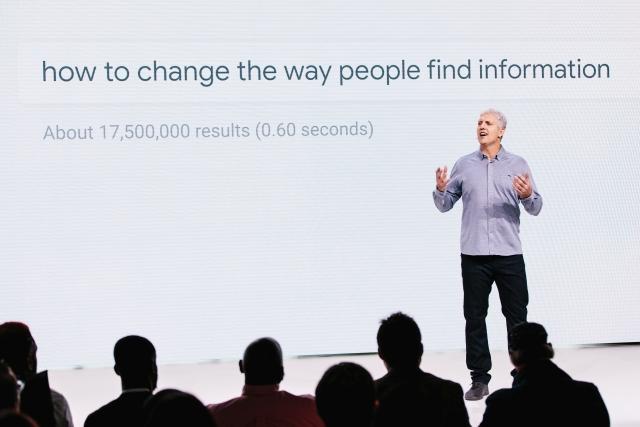 A Google hardver-divíziójának vezetője egy 2018. októberi termékbemutatón. Fotó: EPA/Alba Vigaray