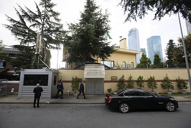 Hivatalnokok és egy török rendőr a szaúdi konzulátus előtt Isztambulban. (EPA/SEDAT SUNA)