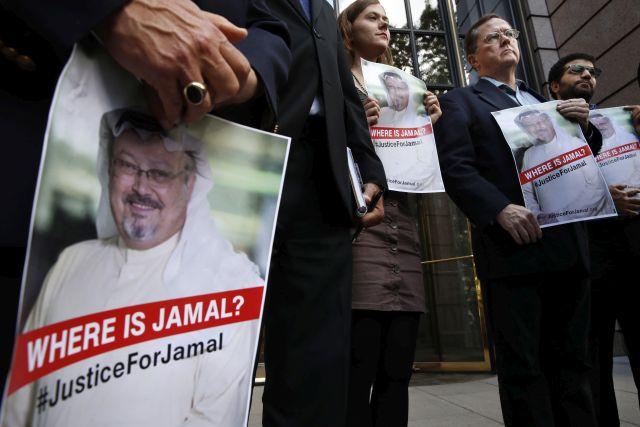 Dzsamál Hasogdzsi szaúdi ellenzéki újságírót ábrázoló transzparensek a férfi eltűnéséről tartott sajtótájékoztatón Washingtonban 2018. október 10-én. Hasogdzsi október 2-án tűnt el, miután felkereste hazája isztambuli főkonzulátusát, mert szüksége volt szaúdi dokumentumokra, hogy házasságot köthessen. (Fotó: MTI/AP/Jacquelyn Martin)