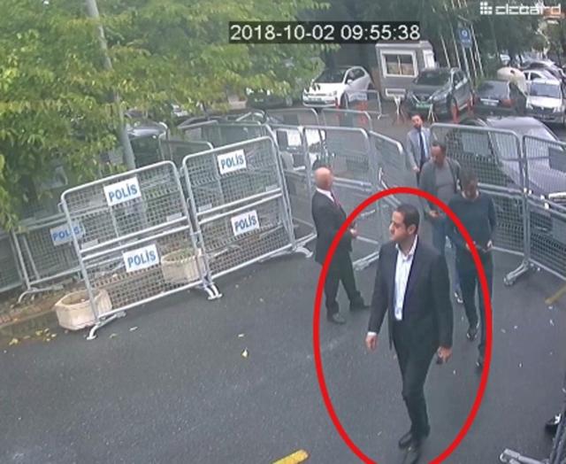 2018. október 2-án felügyeleti kamerával felvett videóról készített és a Sabah című kormánypárti török lap által 2018. október 18-án közreadott kép, amelyen a török hatóságok szerint Maher Abdel-Azíz Mutreb, a szaúd-arábiai trónörökös herceg testőrségének tagja Szaúd-Arábia isztambuli főkonzulátusára megy. Dzsamál Hasogdzsi szaúd-arábiai ellenzéki újságíró október 2-án bement a szaúdi főkonzulátusra, de többé nem jött ki élve - meggyilkolták, holtteste még nem került elő.MTI/AP/Sabah