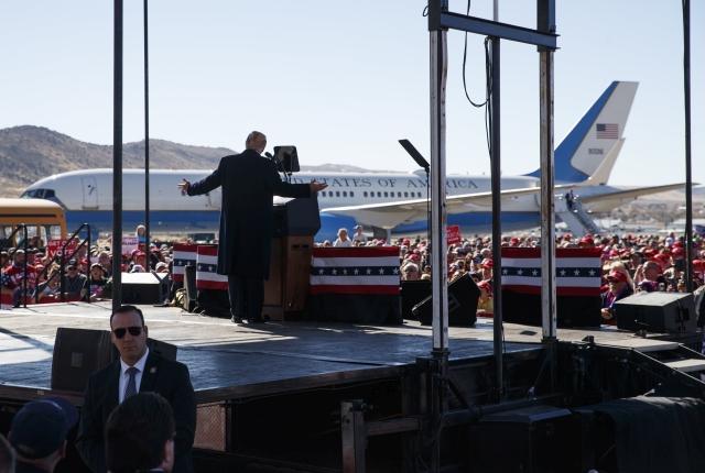 Donald Trump amerikai elnök egy választási kampányrendezvényen a Nevada állambeli Elkóban 2018. október 20-án. A félidős kongresszusi választásokat novemberben rendezik az Egyesült Államokban. Trump ezen a napon bejelentette, hogy az Egyesült Államok felmondja a közepes hatótávolságú nukleáris erőkről szóló megállapodást (INF), mivel Oroszország megsérti az 1987-ben aláírt egyezményt.MTI/AP/Carolyn Kaster