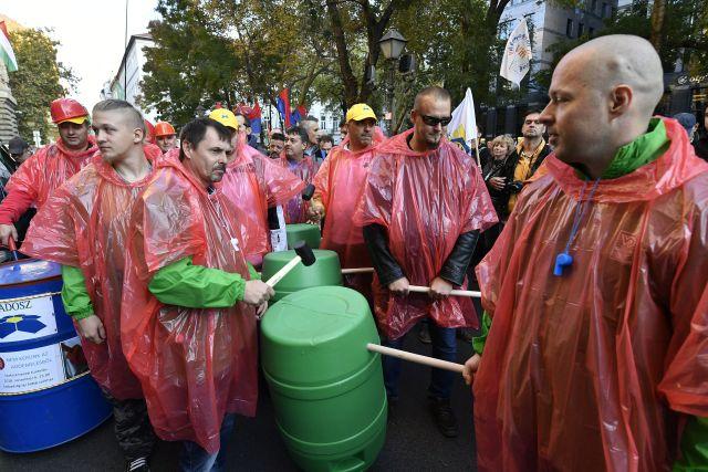 Szakszervezetek demonstrációja a Cafeteria visszaállításáért a Magyar Nemzeti Bank székháza előtt, a Szabadság téren 2018. november 6-án. MTI/Szigetváry Zsolt
