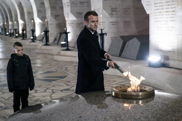 Emmanuel Macron francia elnök fáklyát gyújt a douaumonti osszárium és emlékhely lángjáról Verdun közelében 2018. november 6-án, az első világháborút lezáró fegyverletétel századik évfordulója előtt öt nappal. Fotó: MTI/EPA Pool/Etienne Laurent