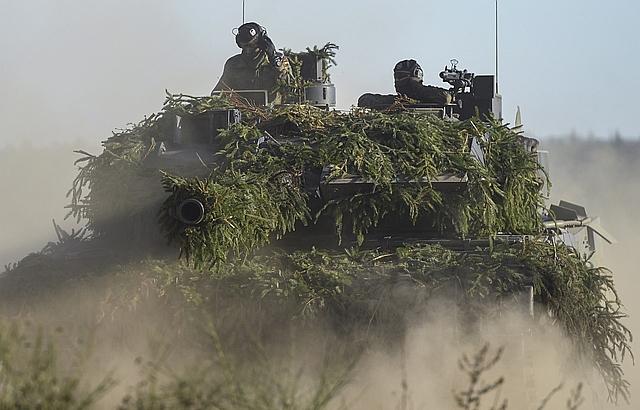 A német hadsereg Leopard 2-es tankja gyakorlatozik. (EPA/DAVID HECKER)