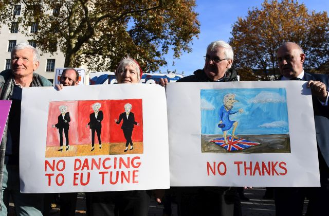 Pro Brexit demonstrators protest outside Downing Street in London, Britain, 14 November 2018. British Prime Minister Theresa May is holding an emergency Brexit cabinet meeting to try to sell her Brexit deal to her cabinet ministers. EPA/ANDY RAIN
