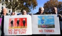 Borotvaélen táncol Theresa May kormánya