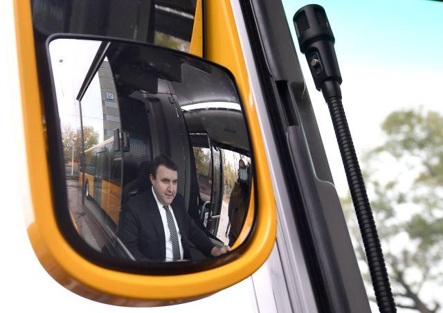 Palkovics László innovációs és technológiai miniszter egy autóbusz volánjánál a regionális közlekedési társaságok járműparkjának fejlesztéséről tartott sajtótájékoztatón a Népliget autóbusz-pályaudvaron 2018. november 23-án.MTI/Illyés Tibor