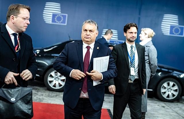 Orbán Viktor miniszterelnök érkezik a rendkívüli Brexit-csúcsra Brüsszelben 2018. november 25-én. Mellette Várhelyi Olivér nagykövet, a brüsszeli Állandó Képviselet vezetője és Havasi Bertalan, a Miniszterelnöki Sajtóirodát vezető helyettes államtitkár. MTI/Miniszterelnöki Sajtóiroda/Szecsődi Balázs