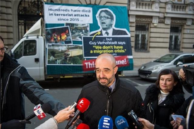 Kovács Zoltán kormányszóvivő bemutatja a Guy Verhofstadt-ellenes kormányzati kampányfurgont 2018. november 28-án. (Fotó: MTI / Balogh Zoltán)