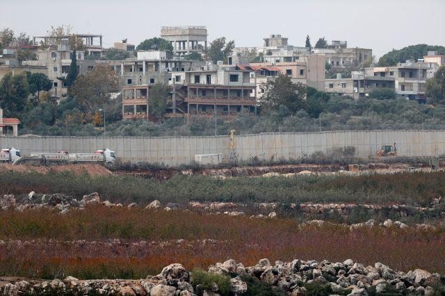 Izraeli katonák egy munkagép mellett a Libanont és Izraelt elválasztó határkerítésnél az észak-izraeli Metulában 2018. december 4-én. Az izraeli hadsereg ezen a napon bejelentette, hogy az Északi Pajzs fedőnevű művelet keretében felkutatja és felszámolja azokat az alagutakat, amelyeket a Hezbollah libanoni síita szervezet fúrt a határ alatt, hogy rajtuk keresztül meglepetésszerű támadásokat hajtson végre Izrael ellen. (MTI/EPA/Atef Szafadi)