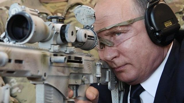 Vlagyimir Putyin mesterlövész-puskával lő. (Fotó: AFP)
