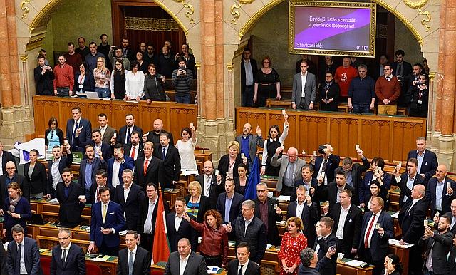 Ellenzéki képviselők tiltakoznak a munka törvénykönyvének módosításáról tartott szavazás közben. (MTI/Soós Lajos)