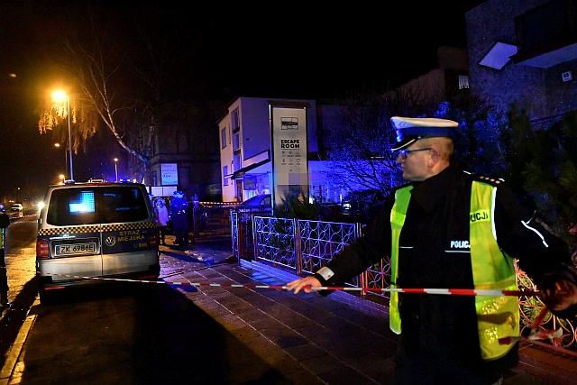 A rendőrség lezárja a tűzeset környékét. (EPA/MARCIN BIELECKI POLAND OUT)