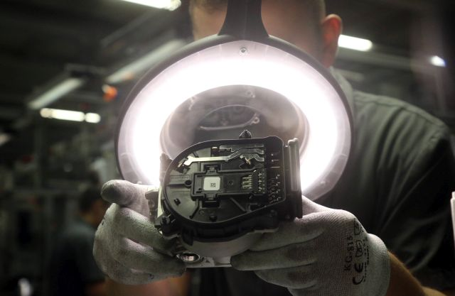Munkás dolgozik az iBooster fékrásegítő rendszer gyártósorán a német Bosch konszern miskolci autóipari gyárában (MTI/Vajda János)