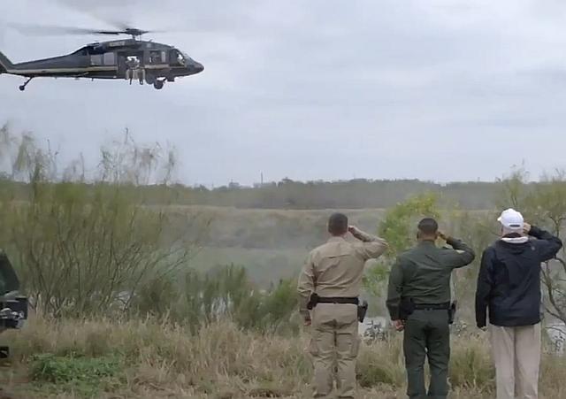A fehér sapkás elnök a déli határnál. (Forrás: @realDonaldTrump)