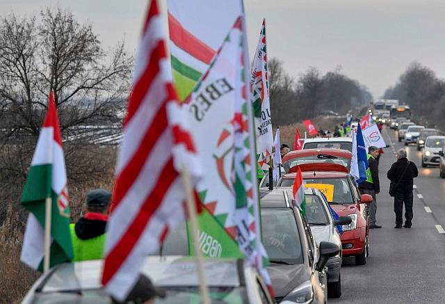 A munka törvénykönyvének az önkéntes túlmunkaidő bővítéséről szóló módosítása ellen félpályás útlezárással tüntetnek a 4-es főút Debrecen és Ebes közötti szakaszán 2019. január 19-én. MTI/Czeglédi Zsolt