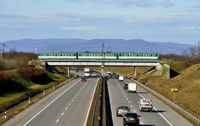 MXa típusú motorkocsi halad Csömör felé az M0-s körgyűrű fölötti hídon. (MTI Fotó: Máthé Zoltán)
